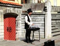 在水晶葡萄酒杯的音乐家戏剧用在街道的水我 库存照片