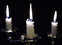 在黑暗中烧与美丽和大气火焰的三个蜡烛 库存图片