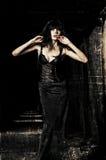 在黑暗中的美丽的goth女孩 难看的东西纹理作用 免版税图库摄影