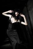 在黑暗中的美丽的goth女孩 免版税库存照片