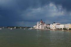 在阴暗天气的布达佩斯议会 库存照片