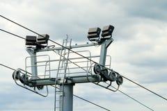 在阴暗天空的滑雪电缆车塔 库存照片