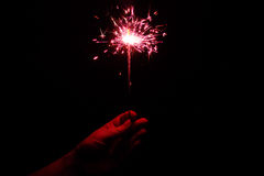在黑暗的一个红色火焰状闪烁发光物 库存照片