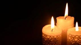 在黑暗的三个灼烧的蜡烛 股票视频