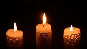在黑暗的三个灼烧的蜡烛 影视素材