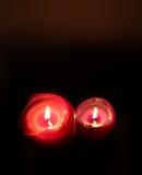 在黑暗的两个被点燃的蜡烛 库存图片