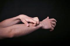 在黑暗的两只手 免版税库存图片