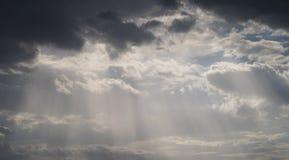 在黑暗的云彩中的阳光 库存图片