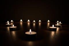在黑暗的升蜡烛 库存图片