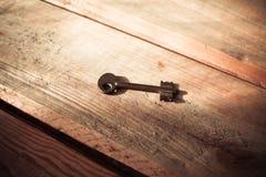在黑暗的土气Barnwood的生锈的老万能钥匙 库存照片