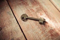 在黑暗的土气Barnwood的生锈的老万能钥匙 免版税库存照片