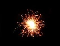 在黑暗的夜背景的闪烁发光物烟花 免版税图库摄影