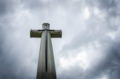 在黑暗的天空的十字架 免版税库存图片