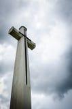 在黑暗的天空的十字架 免版税库存照片