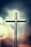 在黑暗的天空的铁十字架 库存照片