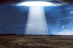 在黑暗的天空的飞碟飞行 免版税库存照片