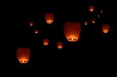 在黑暗的天空的飞行灯笼 免版税库存照片