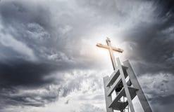 在黑暗的天空的轻的十字架 免版税库存图片