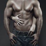在黑暗的性感的年轻夫妇身体 免版税库存图片