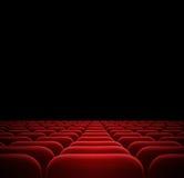 在黑暗的戏院的红色位子 免版税库存照片