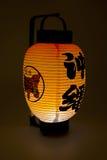 在黑暗的日文报纸灯笼 免版税库存图片