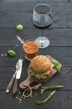 在黑暗的服务板的新鲜的自创汉堡与 库存照片