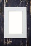 在黑暗的木书桌上的空的米黄框架 库存照片