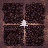 在黑暗的木圣诞树烤了咖啡豆 免版税库存图片