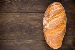 在黑暗的木桌上的家制面包 顶视图 免版税库存照片