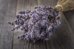 在黑暗的木桌上的干淡紫色束 免版税图库摄影