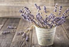 在黑暗的木桌上的干淡紫色束 库存图片