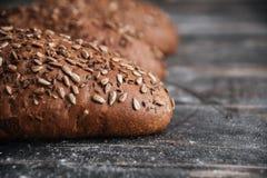在黑暗的木桌上的面包在面包店 免版税库存图片