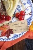 在黑暗的木特写镜头-垂直的感恩饼 免版税库存照片