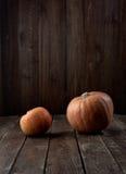 在黑暗的木背景的南瓜 万圣节 免版税库存图片