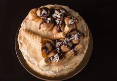 在黑暗的木背景的拿破仑蛋糕 免版税库存照片