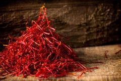 在黑暗的木背景的番红花螺纹 库存图片