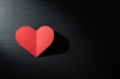 在黑暗的木背景的红色心脏 库存图片