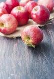 在黑暗的木背景的红色苹果 免版税图库摄影