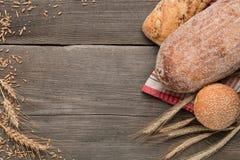 在黑暗的木背景的面包店产品 免版税库存照片