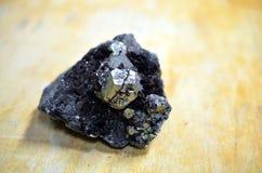 在黑暗的材料的圆的pyrit矿物 免版税库存照片