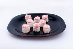 在黑暗的板材的寿司 免版税库存图片