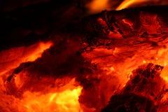 在黑暗的灼烧的炭烬 免版税图库摄影