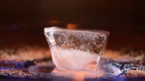 在黑暗的特写镜头的灼烧的冰块 影视素材