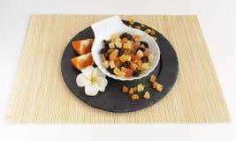 在石板材的干果子有花的 库存图片