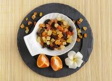 在石板材的干果子有花的 免版税库存图片