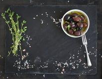 在黑暗的石背景的食物框架 地中海 免版税库存图片