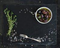 在黑暗的石背景的食物框架 地中海 免版税库存照片