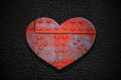 在黑暗的纹理的金属心脏 免版税库存照片