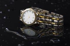 在黑暗的背景丙烯酸酯的手表 免版税库存图片