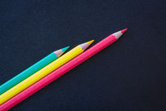 在黑暗的背景削尖的不同的颜色铅笔 图库摄影